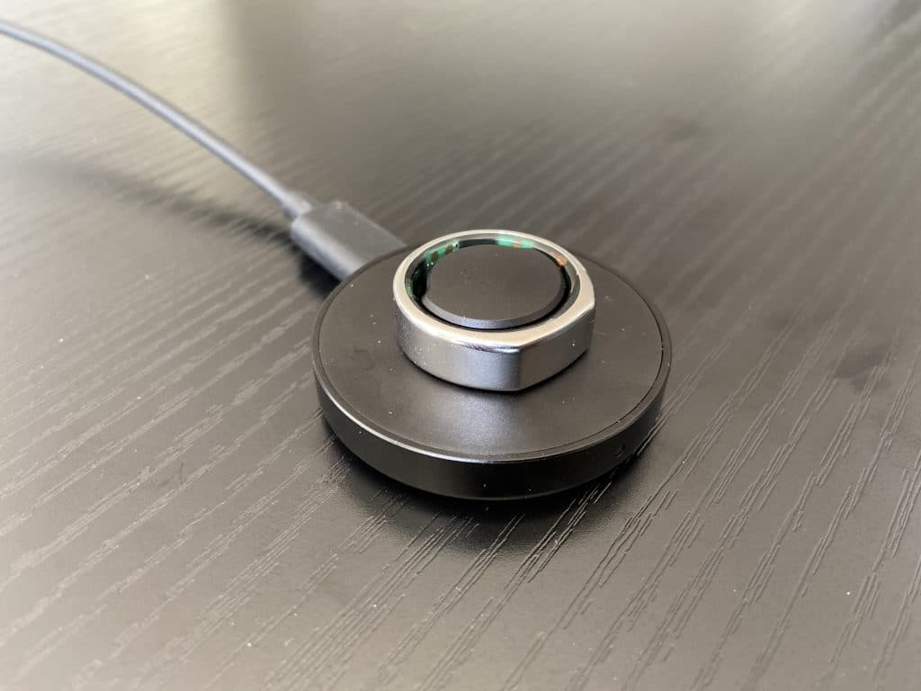 Oura Ring auf dem Ladegerät